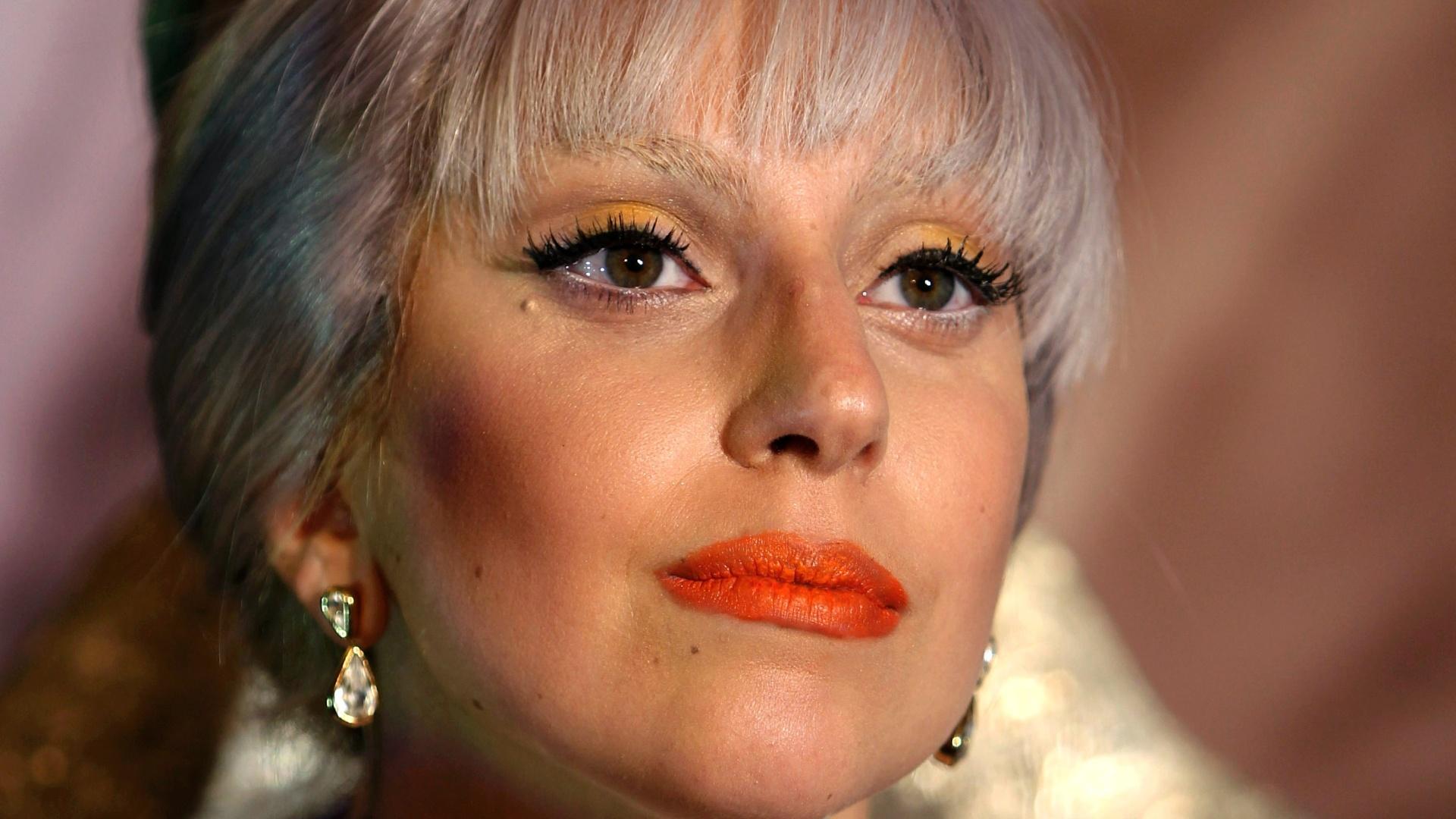 Com cabelo laranja, Lady Gaga participa de uma conferência na Índia (28/10/2011)
