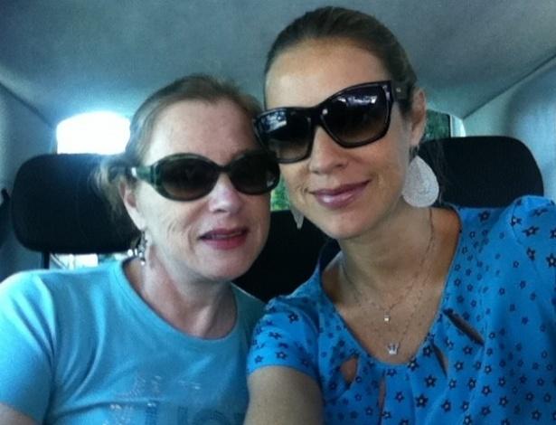 Luana Piovani publica foto ao lado da mãe, Francis (28/10/2011)