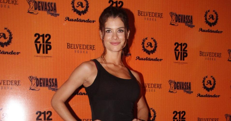 A atriz Alinne Moraes se fantasia de Lara Croft em festa de Halloween no Rio (28/10/11)