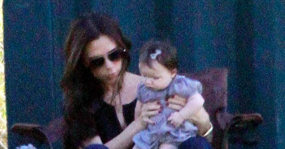 Victoria Beckham leva a caçula Harper para assistir ao jogo dos irmãos (29/10/2011)