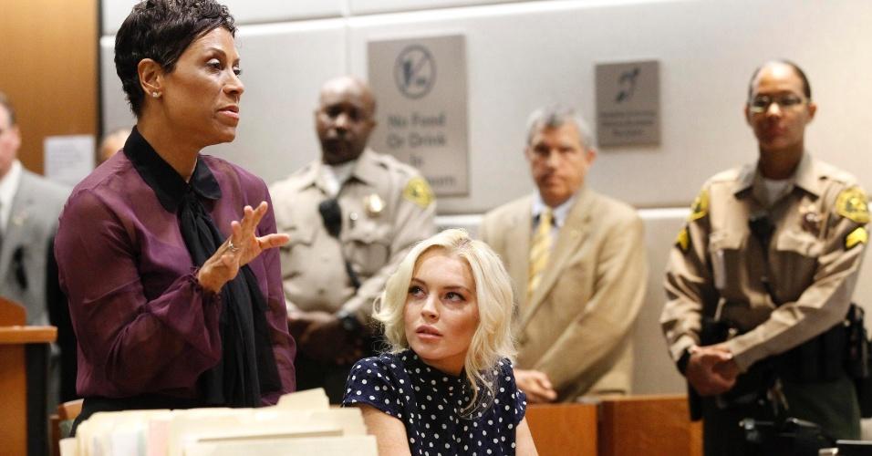 Acompanhada de sua advogada, a atriz Lindsay Lohan participa de audiência em tribunal de Los Angeles (2/11/11)