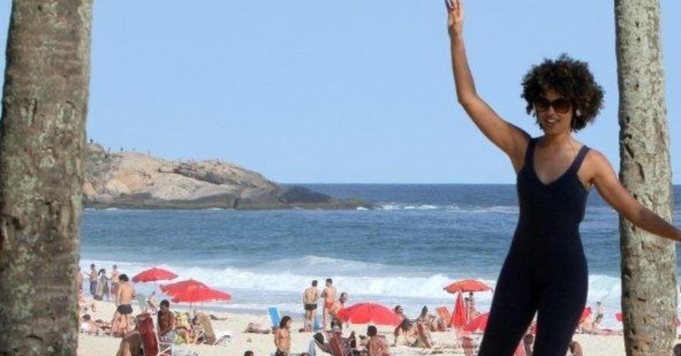 A atriz Sheron Menezzes se arrisca na corda bamba na praia de Ipanema, Rio de Janeiro (04/11/2011)