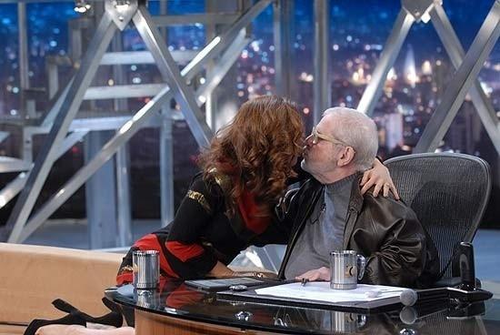 Cláudia Raia e Jô Soares dão selinho na TV (03/11/11)