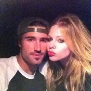 Avril Lavigne eo namorado postam foto no twitter momentos antes de se envolverem em uma briga (06/11/11)