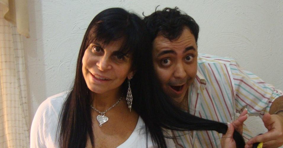 Julinho do Carmo coloca aplique em Gretchen (5/11/2011)