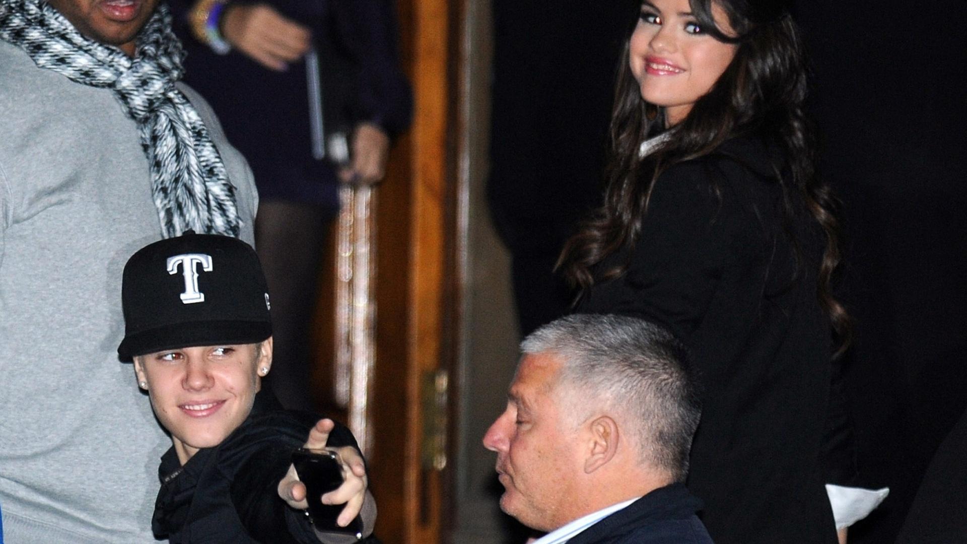 Justin Bieber e Selena Gomez chegam de mãos dadas em um almoço promovido pela MTV durante o EMA 2011, em Belfast, na Irlanda do Norte (5/11/2011)