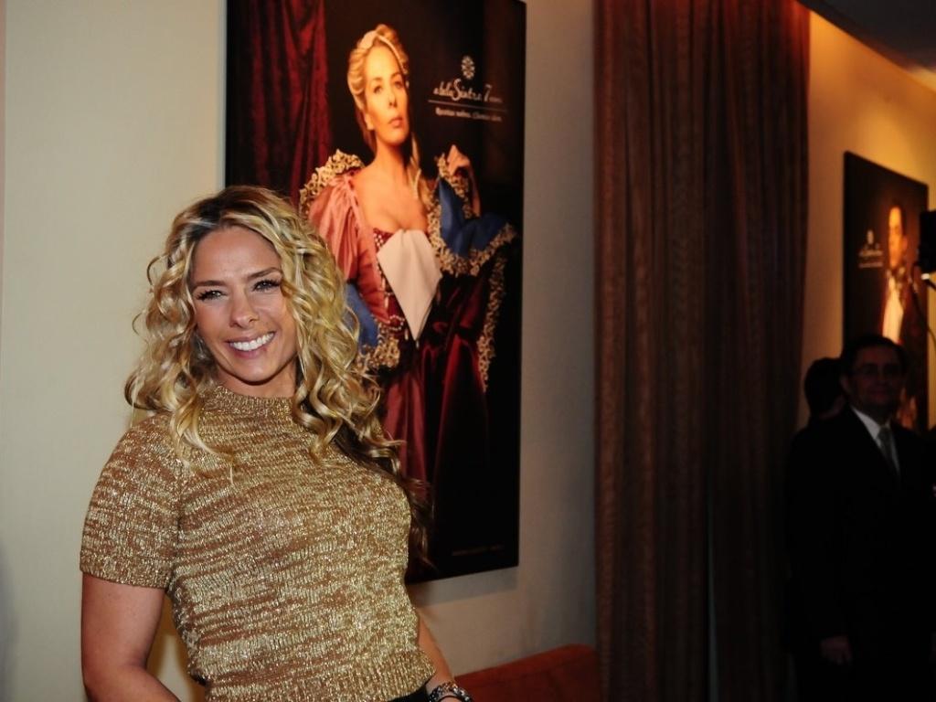 Adriane Galisteu posa em frente ao retrato em que virou integrante da família real para a campanha de um restaurante paulistano (8/11/11)