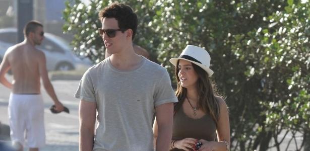 Giovanna Lancellotti anda no calçadão da praia do Pepe ao lado de um rapaz (8/11/11)