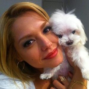 No Twitter, Thaís Fersoza posta foto com o cachorro (8/11/11)