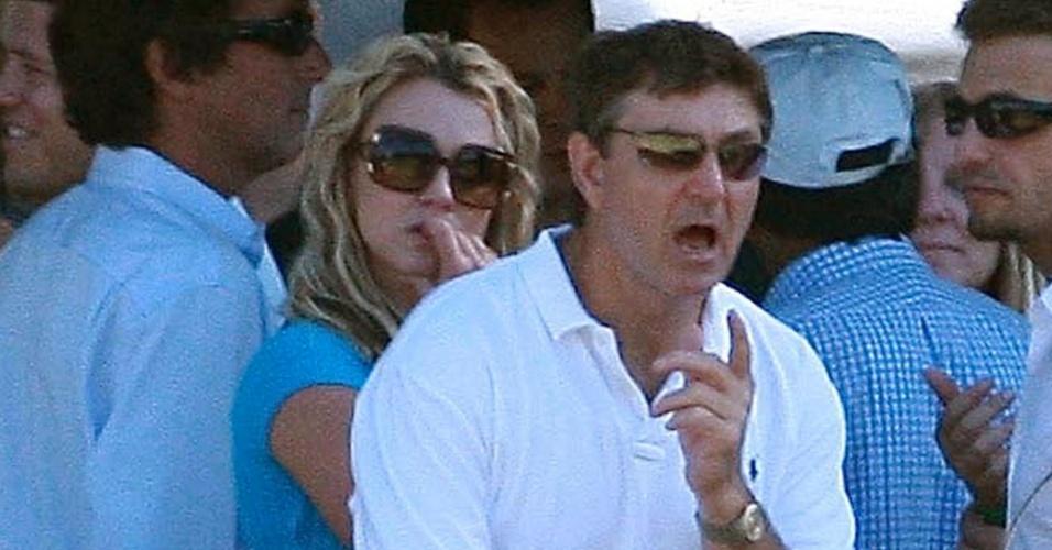 Britney Spears assiste torneio de pólo ao lado do pai, Jamie Spears, em Los Angeles (22/9/08)