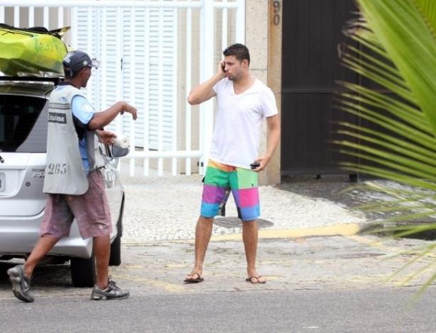 Cauã Reymond é fotografado ao sair da praia na Barra da Tijuca após dia com amigos (12/11/11)