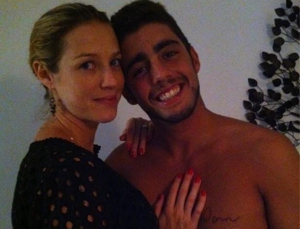Foto postada por Luana Piovani mosta tatuagem que Pedro Scooby fez para o filho do casal (14/11/11)