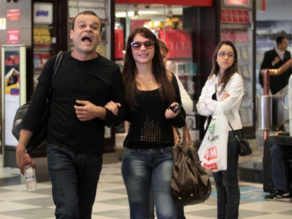 Fazendo caras e bocas, o ex-BBB Daniel passeia ao lado da ex-BBB Maria, campeã da 11° do reality show (16/11/11)