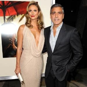 Namorada de George Clooney abusa do decote na estreia do filme