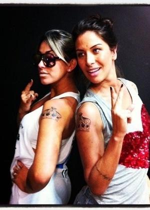 As ex-panicats Dani Bolina e Lizi Benites selaram sua amizade com uma tatuagem idêntica, um desenho em forma de coroa, feito no mesmo estúdio de tatuagem em São Paulo (19/11/2011)