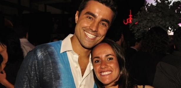 """Ricardo Pereira posa ao lado da mulher, Francisca Pinto, na festa de """"Aquele Beijo"""" no Rio (11/12/11)"""
