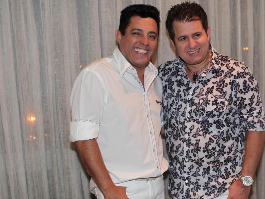 Bruno e Marrone posam sorridentes para fotos durante as gravações do