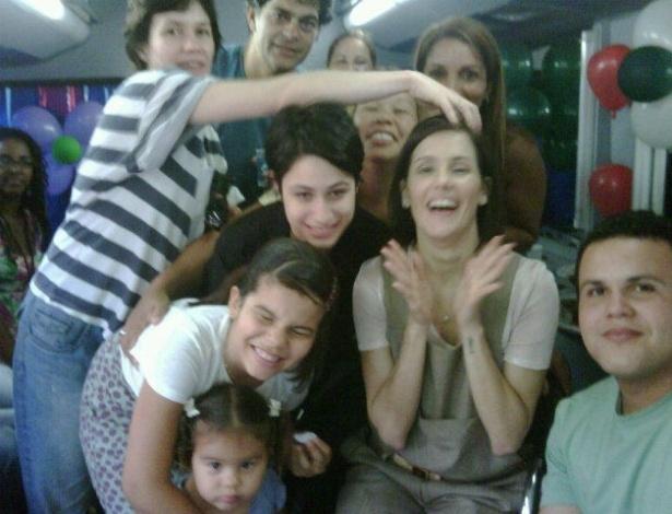 "Elenco de ""Louco por Elas"" faz festa para comemorar aniversário de Deborah Secco"