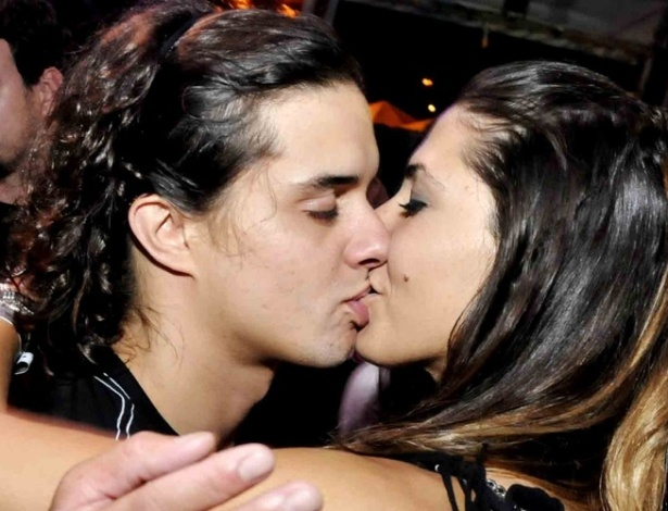 Guilherme Boury e a vendedora Joanna Amado se beijam durante show no Rio de Janeiro (27/11/2011)
