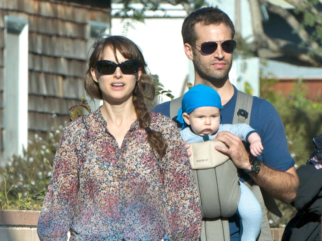 Natalie Portman e o noivo Benjamin Millepied passeiam com o filho Aleph (26/11/11)
