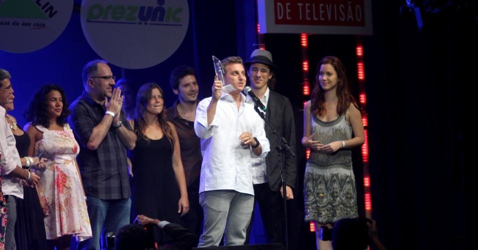 """Luciano Huck recebe o troféu de melhor programa por """"Caldeirão do Huck"""", durante o Prêmio Extra de Televisão (29/11/2011)"""