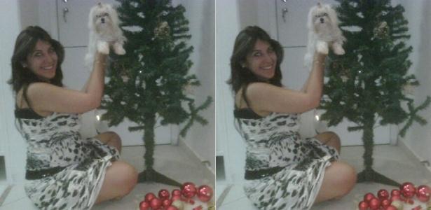 Ex-BBB Priscila Pires posa com cachorrinha ao lado de árvore de Natal (30/11/2011)
