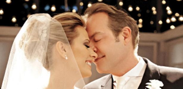Luisa Mell e Gilberto Zaborowsky posam para foto durante casamento em São Paulo (26/11/11)