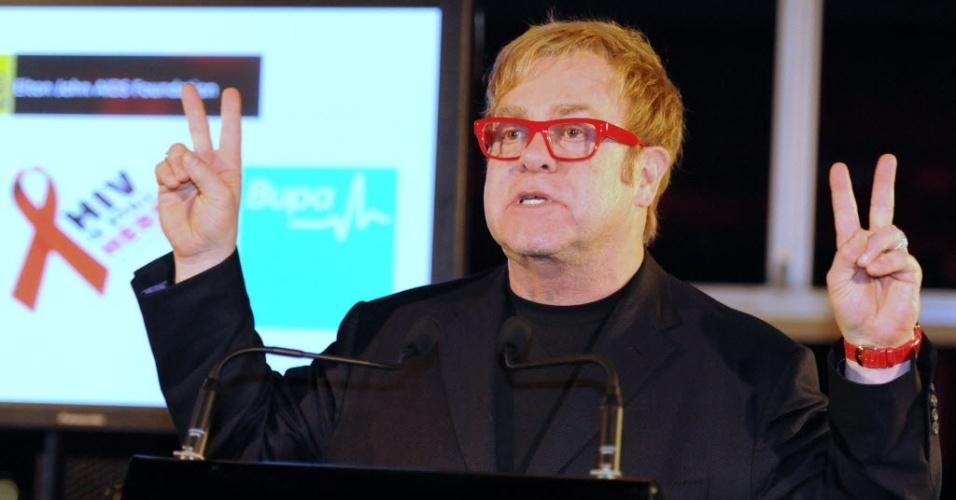 Elton John faz sinal de