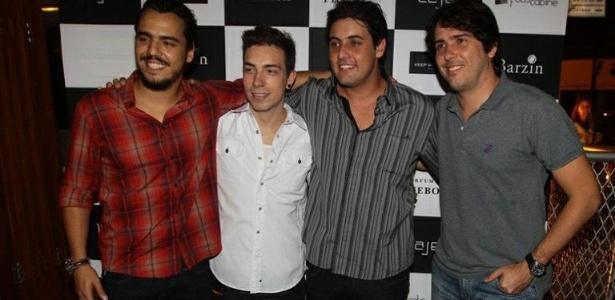 Túlio Dek, Di Ferrero, Bruno de Luca e Cacá Bueno inauguram bar no Rio de Janeiro (30/11/2011)