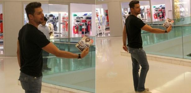 Em preparação para atuar como jogador de futebol, Cauã Reymond exibe livro sobre Diego Maradona (05/12/2011)