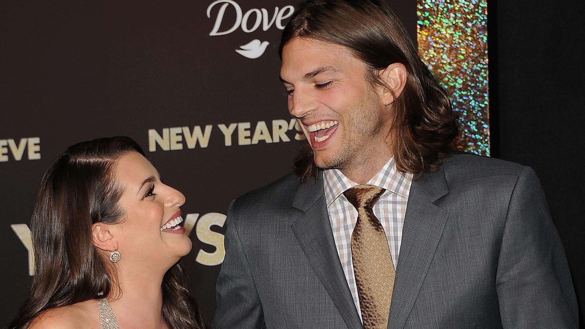 Recém-separado, Ashton Kutcher não disfarça o olhar para o decote da atriz Lea Michele (5/12/11)
