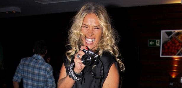 Adriane Galisteu promove exposição de fotos produzidas por ela (7/12/11)