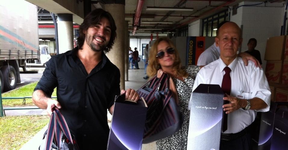 Susana Vieira e Sandro Pedroso recebem kit de Natal da Rede Globo (9/12/11)