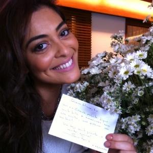 Juliana Paes recebe flores de Sonia Braga por