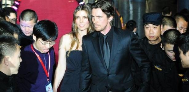 """Christian Bale, ao lado de sua mulher, Sibi, na pré-estreia do filme """"The Flowers of War"""", na China (12/12/11)"""