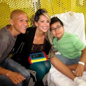 """Karina Bacchi, vencedora de """"A Fazenda 2"""", visita crianças com câncer em São Paulo (12/12/11)"""