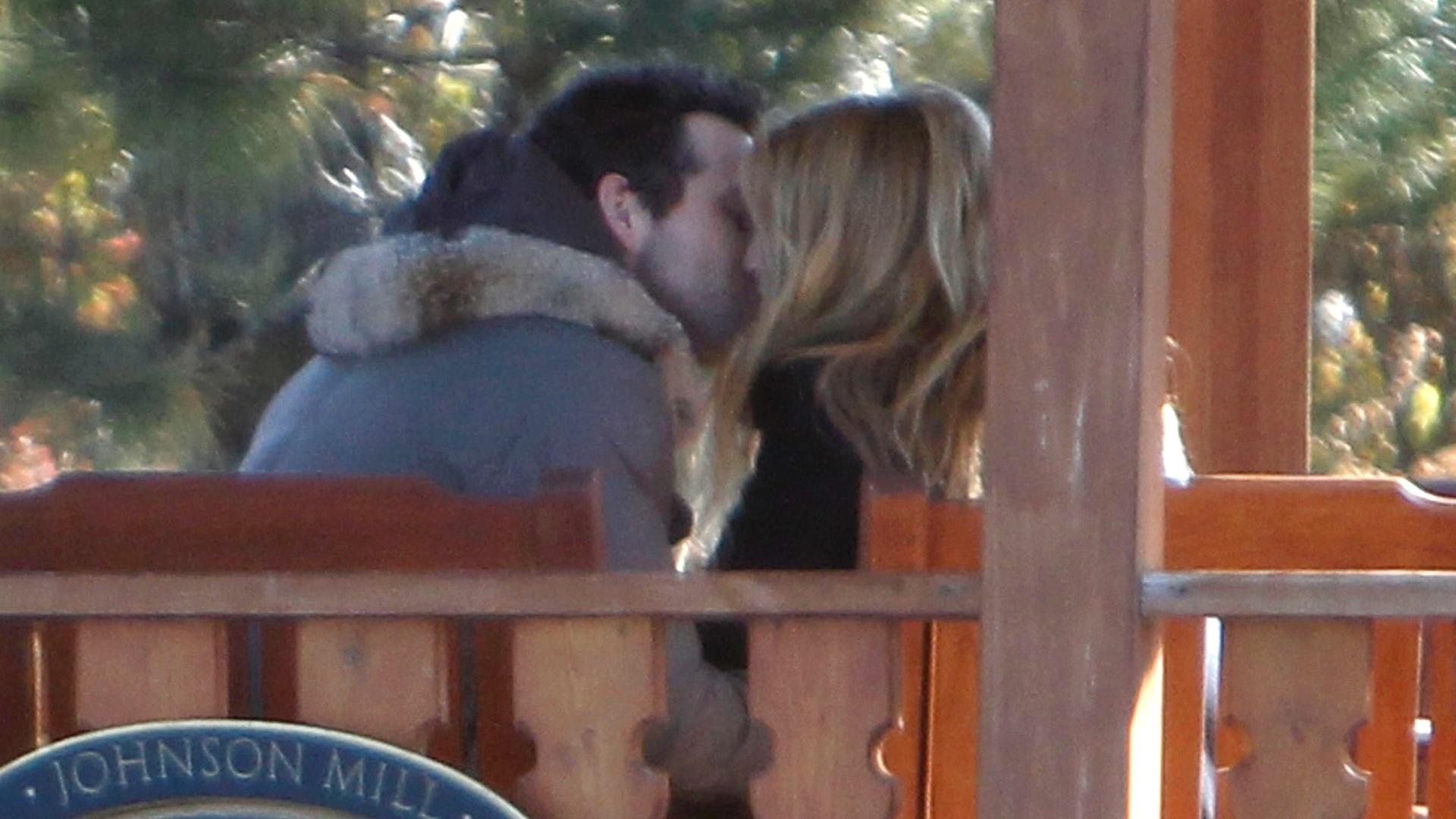 Ryan Reynolds e Blake Lively curtem momentos românticos e se beijam (27/11/11)