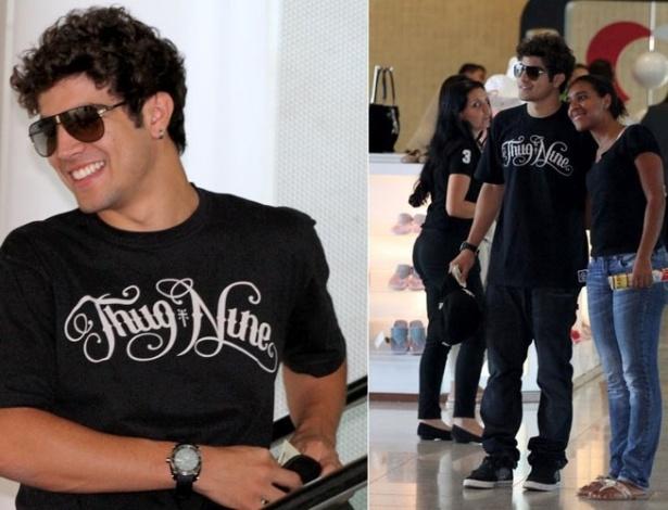 Caio Castro posa para foto ao lado de fã em aeroporto do Rio de Janeiro (13/12/2011)