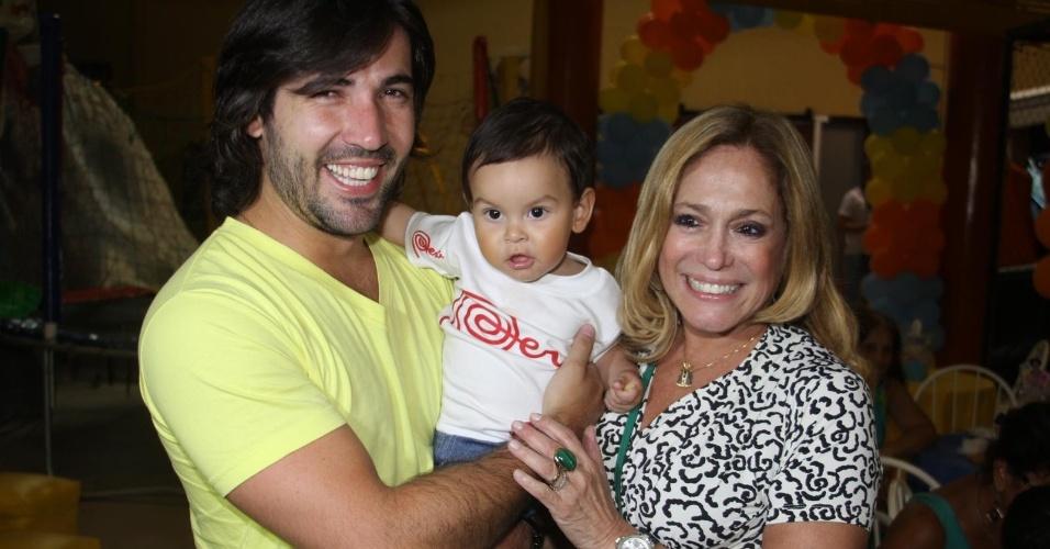 Susana Vieira e Sandro Pedroso animam festa infantil no Rio de Janeiro (12/12/11)