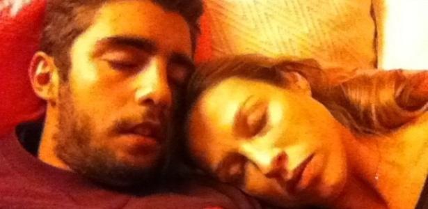 Luana Piovani posta no Twitter foto em que aparece dormindo ao lado do marido, o surfista Pedro Scooby (13/12/2011)