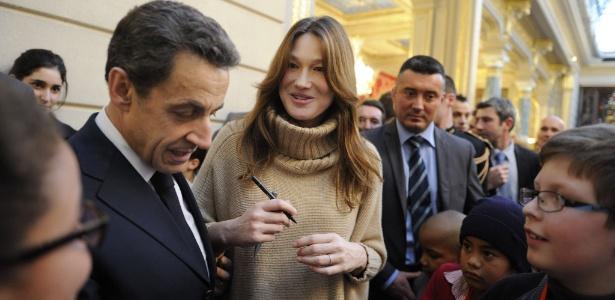Nicolas Sarkozy e Carla Bruni falam com crianças durante festa de Natal na sede do governo francês