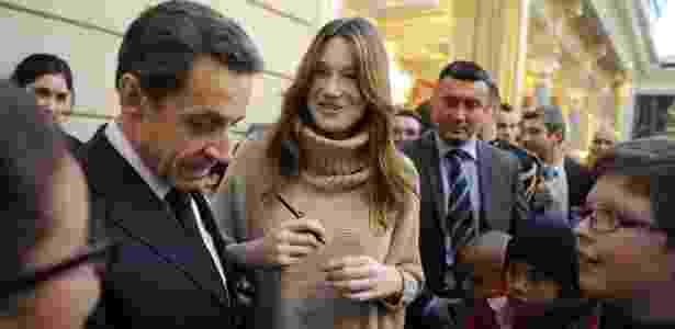 Nicolas Sarkozy  e Carla Bruni falam com crianças durante festa de Natal na sede do governo francês - AFP PHOTO