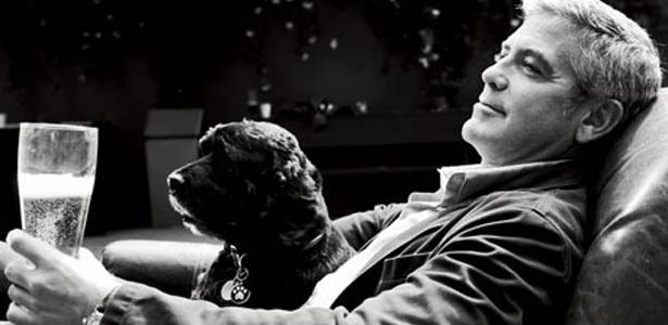 """George Clooney posa com seu cão Einstein para a edição de janeiro de 2012 da revista """"Esquire"""""""