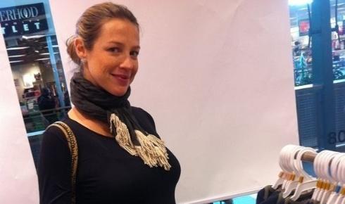 Luana Piovani posta no Twitter foto em que aparece fazendo compras em Nova York (14/12/11)