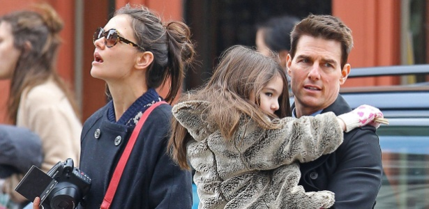 Tom Cruise e Katie Holmes passeiam com a filha Suri, antes da separação - Brainpix