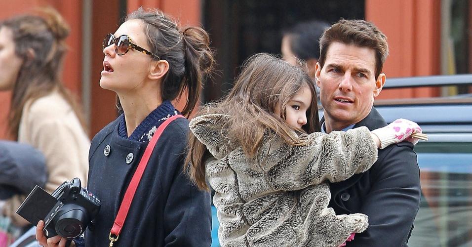 Depois de passar um dia no Brasil, Tom Cruise curte momentos ao lado da mulher e da filha em Nova York (15/12/11)