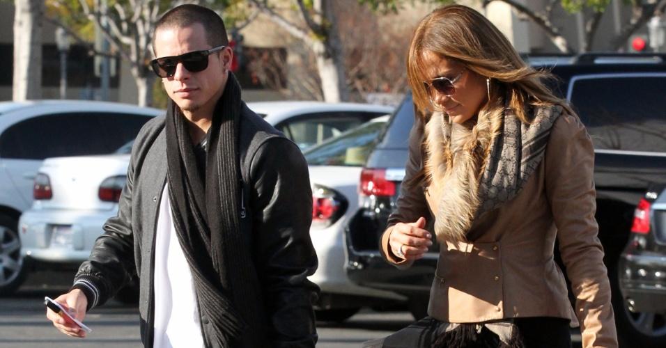 Jennifer Lopez e o namorado Caspar Smart visitam uma joalheria em Calabasas, Califórnia (18/12/11)