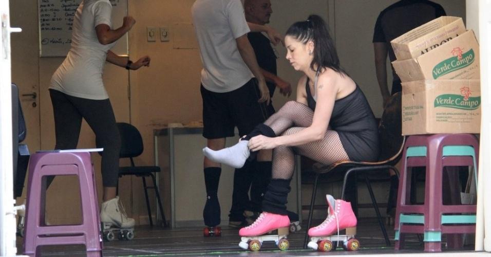 Danielle Winits calça patins para os ensaios do musical 'Xanadu'