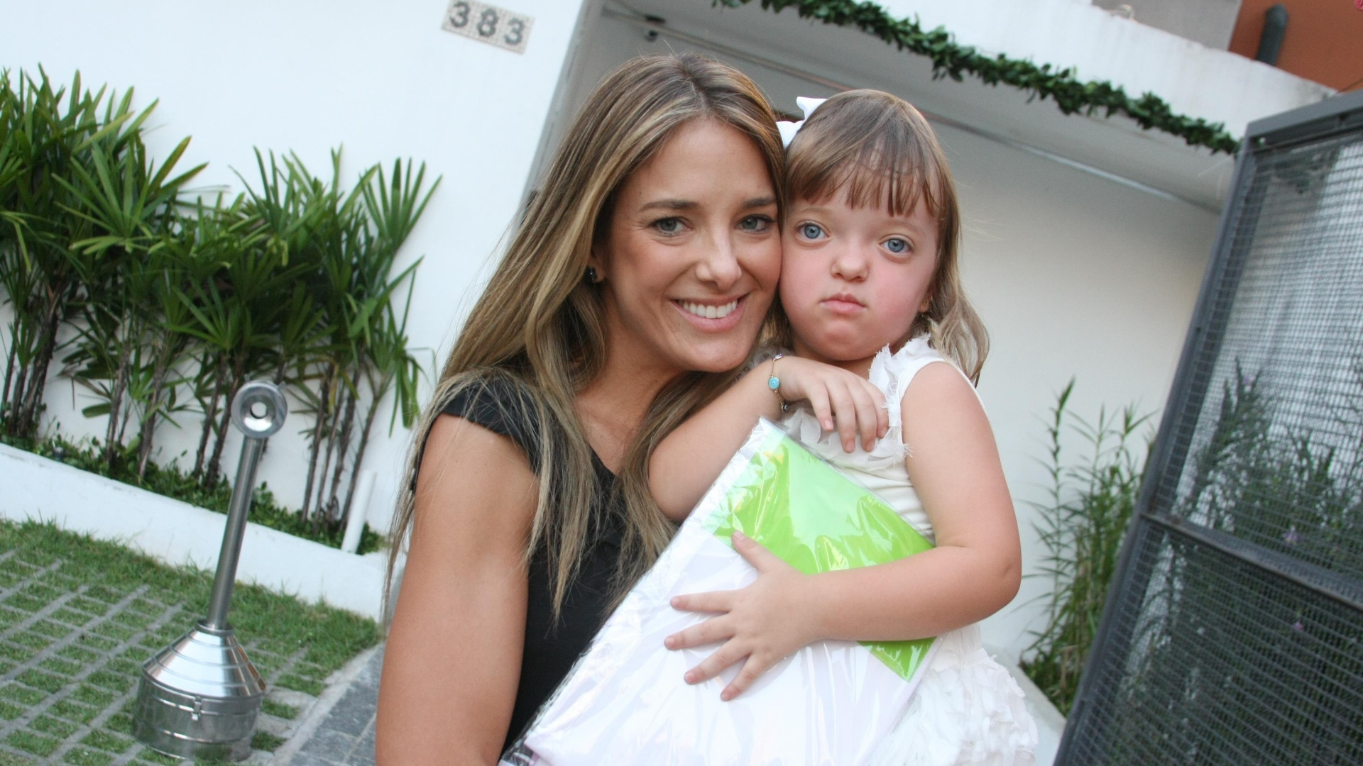 Ticiane Pinheiro e a filha, Raphaela, vão ao aniversário de Maria Sophia, filha de Ronaldo (20/12/11)