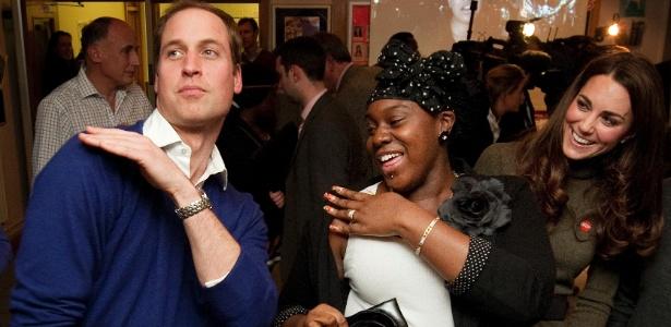 Príncipe William e Kate dançam em abrigo de Londres (21/12/11)